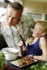 Far og datter lager middag
