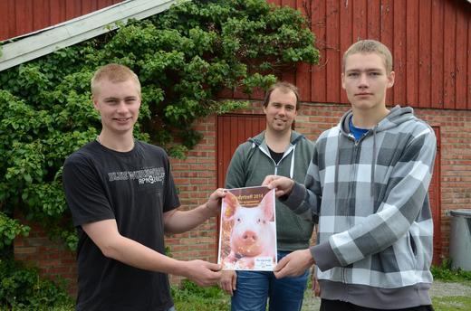 Ole Gunnar D. Skjetnemark (til venstre) og Johannes Stråbø (til høyre), med lærer Jørgen Rønning (bak).
