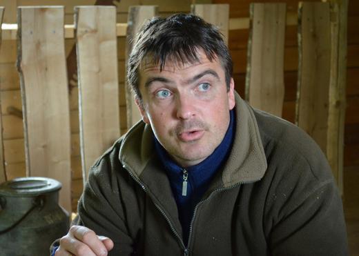 Bonde Christer Skreslett i Hemnes driver gården Rundmoen med stor drift med sau og gris. Nylig fikk han Norturas konsernsjef Arne Kristian Kolberg på gårdsbesøk.