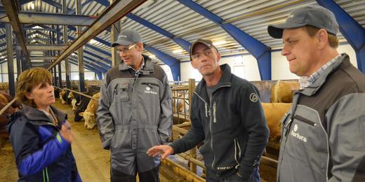 Bonde Laila Granmo, Norturas konsernsjef Arne Kristian Kolberg, bonde Ståle Granmo og Roy Albertsen, fabrikksjef ved Norturas anlegg på Bjerka.