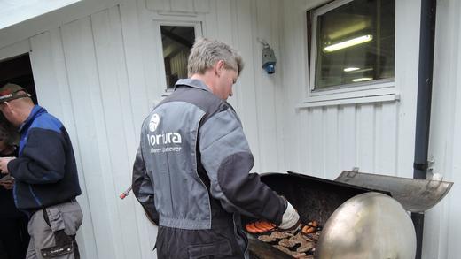 Tillitsvald i Nortura i Sirdalen, Arne Tjørhom, møtte i finstasen og passa på at dei frammøtte ikkje svelte.