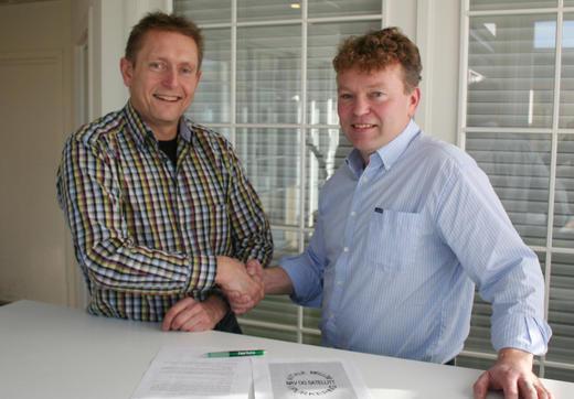 Raumartoppen purkering er den første ringen til å skrive under den nye avtalen, her ved Hans Ove Kirkeby (t.h.) og Hans Nummestad.