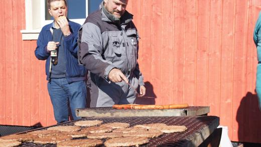 Grillmeister Finn Avdem passa på at dei tilreisande fekk i seg grillmat frå Gilde