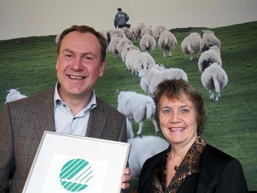 – All honnør til den norske bonden. Det er en del av den norske folkesjela som nå blir svanemerket, sier Tony Barman i Norilia, her sammen med Anita Winsnes, direktør i Miljømerking.