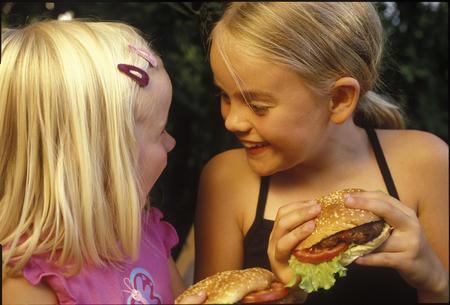 Barn elsker burgere, og kan glede seg til burger-nytt fra den norske bonden