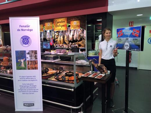 Est-ce-que vous voulez gouter du fenalaar? Kategorisjef Merkevare i Nortura, Karine Sveli fikk drillet fransken etter to dager som demo-dame på supermarkedet supermarkedet Leclerc So Ouest.