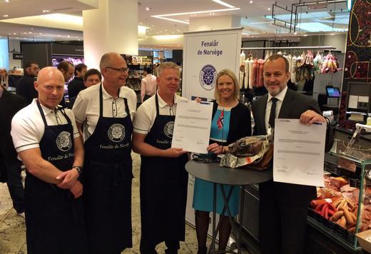 Svein Andreassen og Bjørn Ringstad (Tind), Per Berg (Nortura), landbrusminister Sylvi Listhaug og sjefen på La Grande Epicerie samlet for å signere avtalen mellom Fenalår fra Norge og Le Bon Marche.