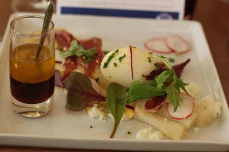 Fenalår på fransk. Restaurant 6 New York. kombinerte smaken av norsk fenalår med franske asparges og posjert egg.
