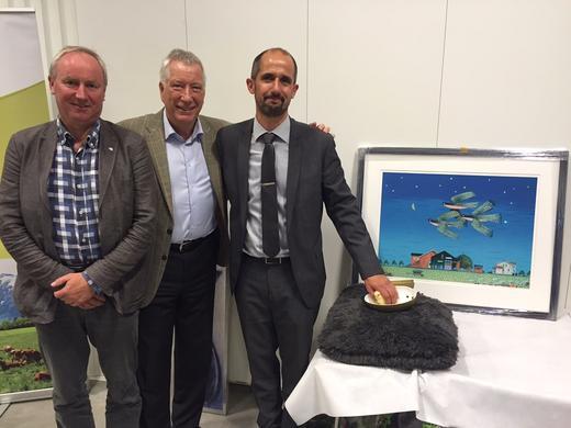 Styreleder Sveinung Svebestad, Fylkesmann Sigbjørn Johnsen og fabrikksjef Espen Sørlie ved siden av den nyklekte kyllingen som markerte åpningen