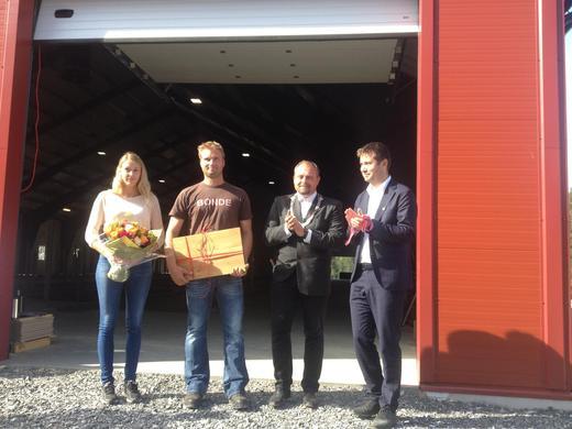 Her er Siri og Knut Erik sammen med ordfører Grunnsvoll og Geir Pollestad.
