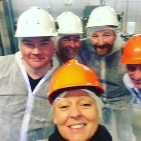Ordfører i Karasjok Svein Atle Somby, RU leder Bernt Mikalsen, Regionssjef Svein Inge Jakobsen, Fabrikksjef Karasjok Ole Martin Lunde og konserndirektør Nortura Produksjon Lisbeth Svendsen i front.