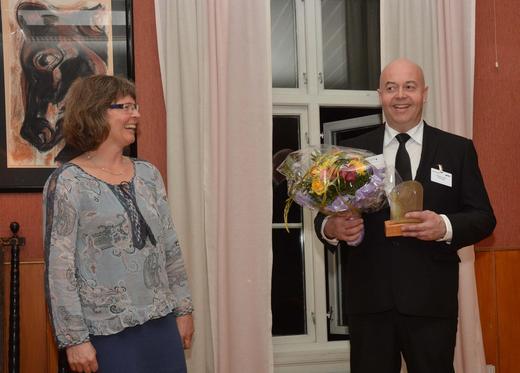 Kjersti Hoff fra konsernstyret i Nortura overrakte prisen til Erlend Lynum. Foto: Rasmus Lang-Ree.