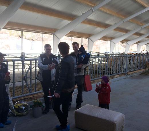 Ordfører Janne Fardal Kristoffersen overrekker blomster til Heidi og Børge og barna