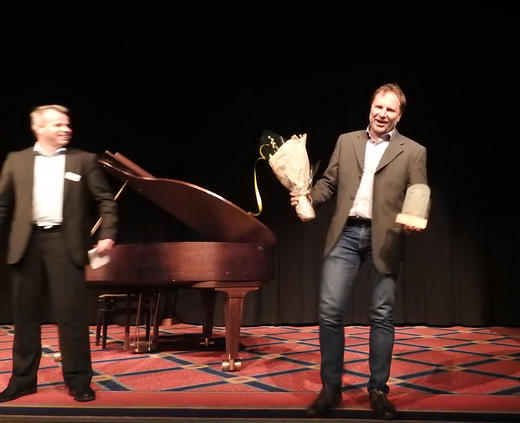 Steinar Schanke fikk overrakt prisen av Norturas styremedlem Per Heringstad, Knut Otto Espeseth var ikke tilstede under utdelingen. Foto: TYR
