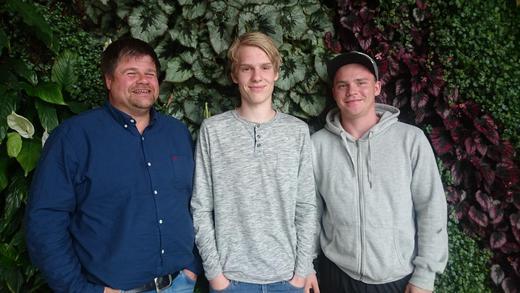 Fra venstre Steinar Viken (lærer i husdyrfag), Lasse Vannebo og Bendik Skarstad