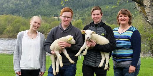 Fra venstre: Malin O. Krokmoen (lærer), Knut Harald N. Skogli, Magnus Fiskvik og Gunn Engen (lærer)