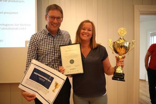 Prosjektleder Ane-Guro Danielsen, som mottok prisen av Arne Kristian Kolberg.