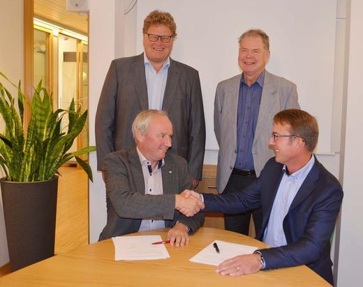 Avtalen signeres: F.v. Sveinung Svebestad, styreleder Nortura, Ståle Gausen, styreleder KLF, bak f.v. Hans Thorn Wittussen, visekonsernsjef Nortura og Bjørn-Ole Juul-Hansen, administrerende direktør KLF