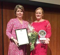 Leder for Nortura Kjøttcompagniet, Bente Avseth-Bakke, tok imot prisen som ble overrakt av direktør i Matmerk, Nina Sundqvist under Nortura sitt årsmøte.