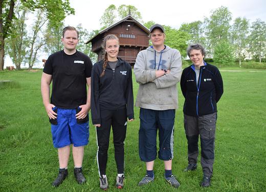 Fra venstre fagleder Anders Nylend, elev Kirsten Bjerkestrand Sørby, elev Mattis Berg Nyhuus og lærer Inger Helene Lombnæs.