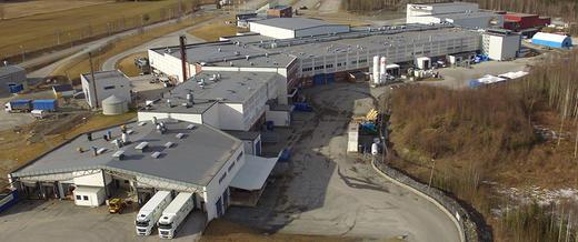 Nortura Rudshøgda med bioenergisentralen bak til venstre i bildet.