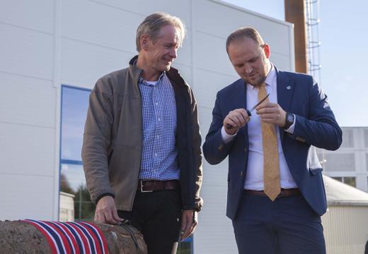 OFFISIELL ÅPNING: Landbruks- og matminister Jon Georg Dale, som tidligere har vært skjærer i mange år, fikk en ny kniv til å foreta «snorklippingen» med. Her sammen med daglig leder i Oplandske Bioenergi, Einar Stuve.