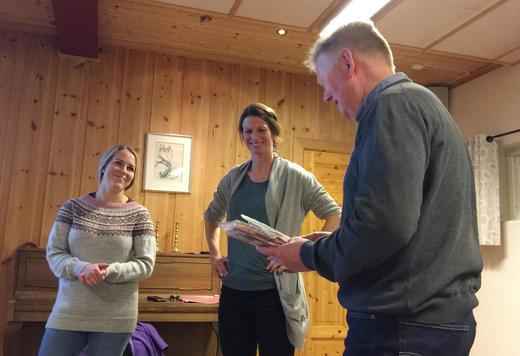 Iselin Jahre Hegna og Anne Dorthe Wold får takk av Hans Harald