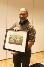 Erik Gjermshus fikk overrakt et flott bilde som gave fra satellittene i ringen.