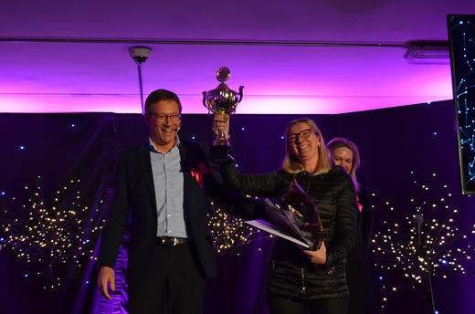 Konsernsjef Arne Kristian Kolberg delte ut årets Innovasjonspris. Hilde Klerck-Nilsen mottok den på vegne av Nortura Proff.