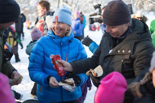 Styreleder i DNT Berit Kjøll, og Klima- og miljøminister Ola Elvestuen feiret med Gilde pølser. Foto: Silje Thoen