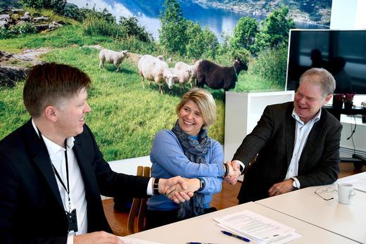 UNDERTEGNET AVTALE: Rolf Gjermund Fjeldheim, direktør for bransje og marked i Nortura, t.v., Nina Sundqvist adm.dir i stiftelsen Matmerk og Bjørn-Ole Juul-Hansen administrerende direktør i KLF (Kjøttbransjens Landsforbund).