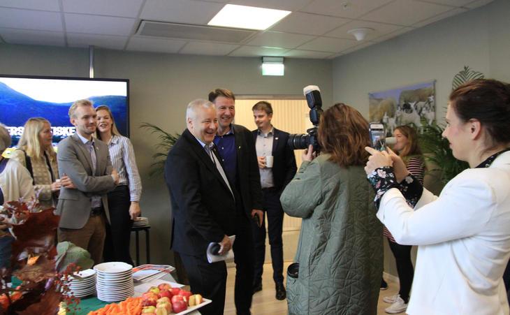 Landbruks- og matminister Bård Hoksrud var også tilstede på frokostmøtet, her med bl.a. Lars Petter Bartnes fra Bondelaget. Foto: Anne Cathrine Wangberg, Norges Bondelag.