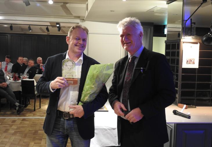 Prisvinnerårets Biff Maxx-okse Bjørn Aasenog prisutdeler Asgeir Svendsen fra Nortura