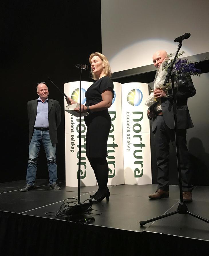 Endre Østbø og Nils Henry Haugen fikk velfortjent honnør av styreleder Trine Vaag