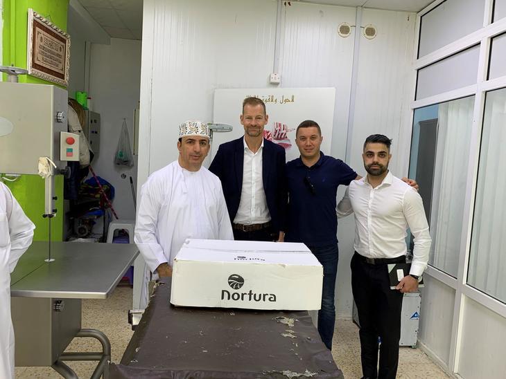 På kundebesøk for å selje norsk sau til Oman, fråvenstre Salim, leder forIktimal Traiding CompanyLLC, Marin Ravn, dagleg leiar i Noridane og tomedarbeidarar, Morat ogSarbest.