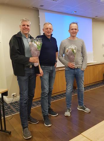 Per Jarle Myklebust (t.v.) og Geir Thomas Myklebust (t.h.) og kretsleder Steinar Evebø