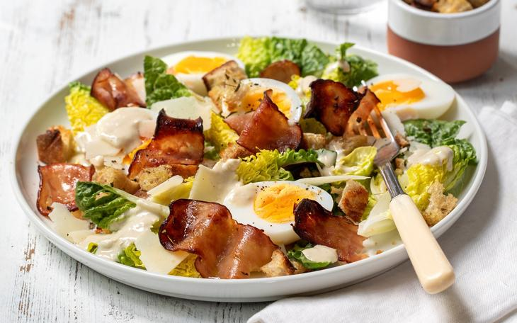 Cæsarsalat med kyllingbacon og egg