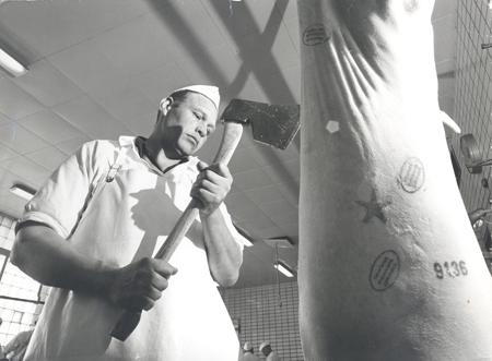 J. Kandal kløyver griseskrott med øks